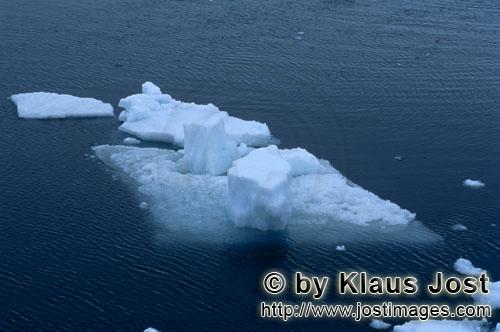Cape Anne/Nunavut/Kanada        Eisschollen vor Cape Anne        Am Ufer von Cape Anne hat si