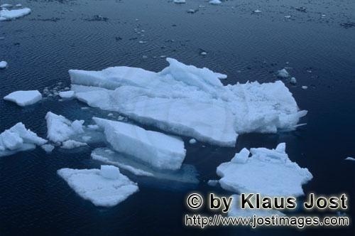 Cape Anne/Nunavut/Kanada        Eisschollen am Cape Anne        Am Ufer von Cape Anne hat sic