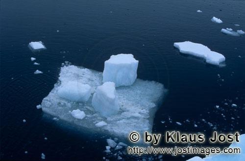 Cape Anne/Nunavut/Kanada        Eisscholle im Meer vor Cape Anne        Am Ufer von Cape Anne
