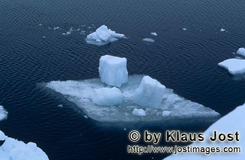 Cape Anne/Nunavut/Kanada        kleinen Eisscholle am Cape Anne        Am Ufer von Cape Anne
