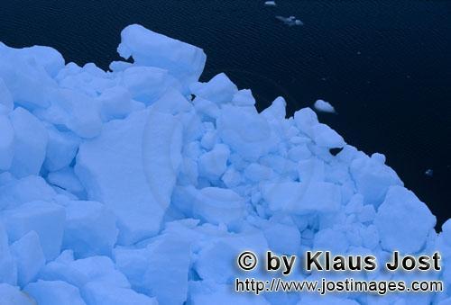 Cape Anne/Nunavut/Kanada        Packeis im arktischen Meer        Am Ufer von Cape Anne hat s