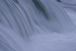 Malerisch weich strömendes Wasser am Brooks River Wasserfall