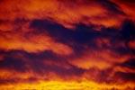 Dramatischer Sonnenaufgang unmittelbar vor dem Sturm