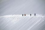 Wandern am Panoramaweg durch das verschneite Hochgebirge