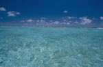 Brecher markieren die Grenze der Lagune zum Pazifik