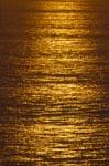 Golden glänzt das Meer beim Sonnenuntergang