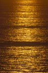 Goldene Meeresoberfläche beim Sonnenuntergang