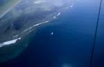 Das Luftbild zeigt das Tauchboot am Shark Reef